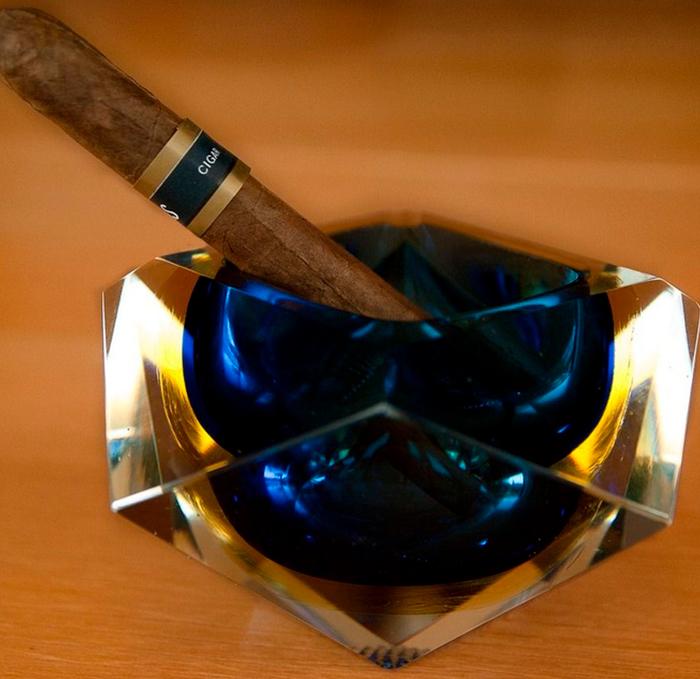 La pausada ceremonia de fumar un habano